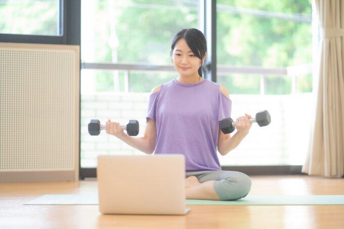 オンライントレーニングをする女性